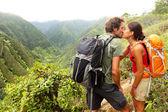 Пара в любовь поцелуй во время походов на Гавайи — Стоковое фото