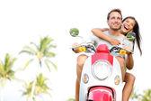 Gratis junges Paar auf Roller im Sommerurlaub — Stockfoto