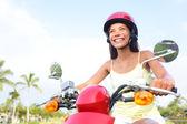 Freie Frau treibende Scooter glücklich — Stockfoto