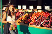 Woman buying fruits and vegetables, farmers market — Stock Photo