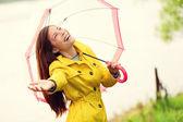 L'automne femme heureux après la pluie, parapluie de marche — Photo
