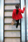 城市人-在自动梯上行走的女人通勤 — 图库照片