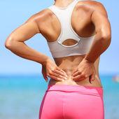 Sırt ağrısı - alt sırt yaralanması olan kadın — Stok fotoğraf