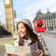 London tourist woman sightseeing holding map — Stock fotografie