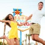 Las Vegas Sign - Happy couple jumping — Stock Photo