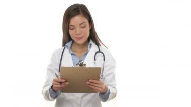 медицинский работник - женщина-врач с буфером обмена — Стоковое видео