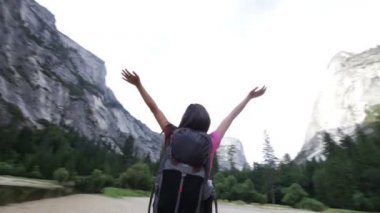 Happy free woman hiker dancing joyful in Yosemite — Stock Video