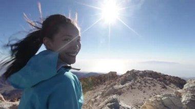 Hiking woman on Teide volcano taking photo — Stock Video