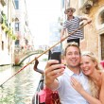 Couple in Venice on Gondole ride romance — Stock Photo