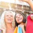 Girlfriends shopping laughing happy taking photo — Stockfoto