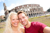 Tourist couple in Rome by Coliseum on travel — Stock Photo