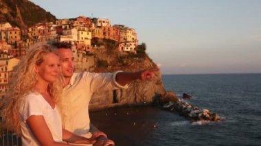 Tatil seyahat üzerinde batmadan aşık Çift — Stok video