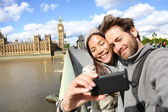 London tourist couple taking photo near Big Ben — Fotografia Stock