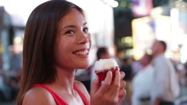 Woman eating cupcake in New York on Times Square — Stock Video