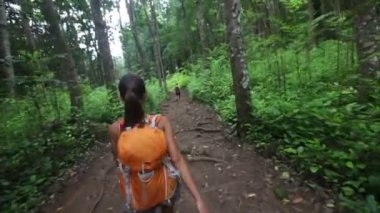 Hiking woman - young hiker couple on Hawaii — Stock Video