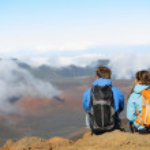 Hiking - hikers sitting enjoying view on volcano — Stock Photo