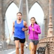 Running couple jogging in New York City — ストック写真