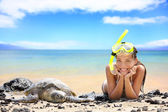 Beach travel woman on Hawaii with sea sea turtle — Stock Photo