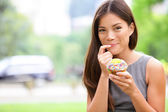 Cupcake - woman eating cupcakes in New York — Stock Photo