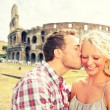 Love - Couple kissing fun in Rome by Colosseum — Stok fotoğraf