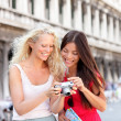 Travel - Women friends laughing having fun — Stock Photo