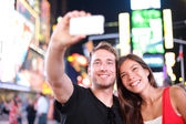 Rencontres couple heureux en amour prenant selfie photo sur times square — Photo