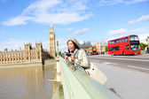 London travel woman tourist by Big Ben and red bus — Stock Photo
