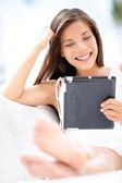 Frau lesen auf tablet-pc - lächeln, entspannen — Stockfoto