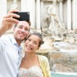 Tourist couple on travel in Rome by Trevi Fountain — Φωτογραφία Αρχείου