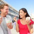 Couple eating ice cream on vacation, Venice, Italy — Stock Photo