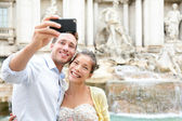 Tourist couple on travel in Rome by Trevi Fountain — Stock Photo
