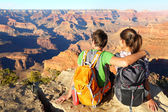 Hiking hikers in Grand Canyon enjoying view — Stock Photo