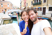 Couple in Venice, eating Ice cream taking selfie — Stock Photo