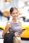 Podnikání žena na smartphonu v new york city — Stock fotografie