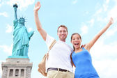 Travel tourists couple at Statue of Liberty, USA — Stock Photo