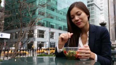Business woman eating salad on lunch break — Stock Video