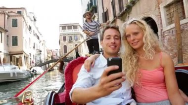 Couple in Venice on Gondole ride romance — Stock Video