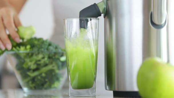 Juicer de la fabricación de jugo de vegetales verdes brócoli — Vídeo de stock