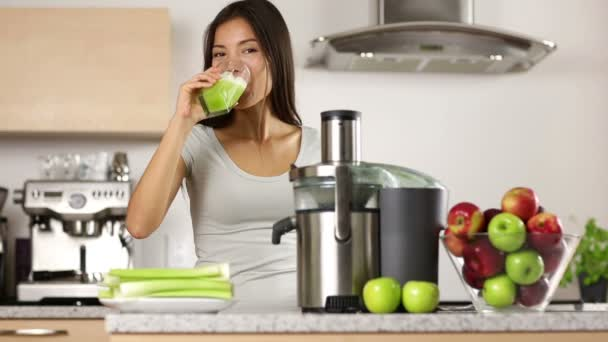 Mujer haciendo jugo de vegetales verde y beber — Vídeo de stock