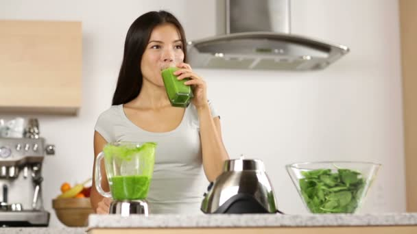 Green smoothie woman drinking vegetable smoothies — Vídeo de stock