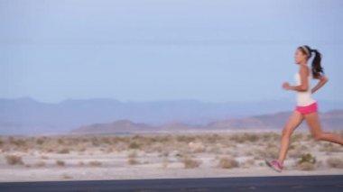 Kadın otoban yola sprint koşma — Stok video