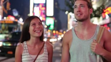 People in New York - happy couple on Times Square — Stock Video