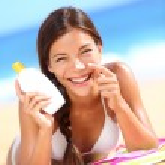 mujer de loción bronceadora aplicar crema solar protección solar — Foto de Stock