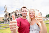 Happy travel couple in Rome by Coliseum in love — Stock Photo
