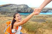 Mão amiga - mulher alpinista recebendo ajuda na caminhada — Foto Stock