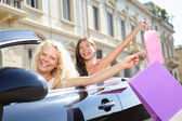 Auto řidiče žena jízdy a nakupování s přáteli — Stock fotografie