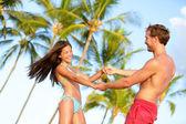 Beach couple fun on vacation dancing playful — Stock Photo