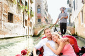 Romantic travel couple in Venice on Gondole boat — Stock fotografie