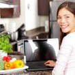 Woman using laptop computer in kitchen — Φωτογραφία Αρχείου