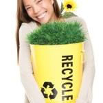 femme tenant recyclage bin souriant — Photo
